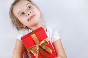 dziecki z prezentem